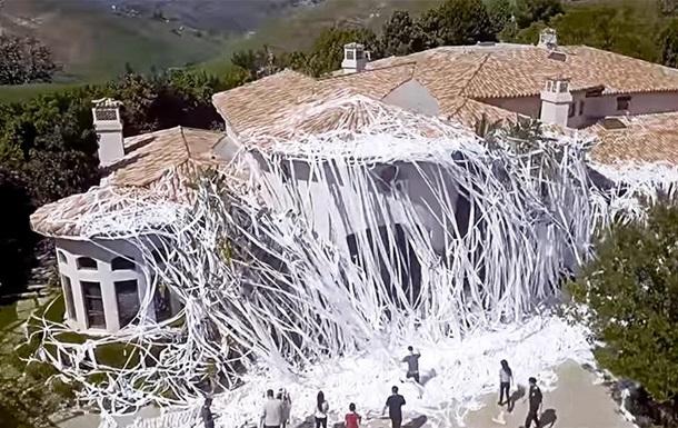 Шалость удалась: дом телеведущего забросали туалетной бумагой