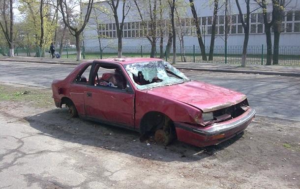 Власти начали вывозить из киевских дворов бесхозные автомобили