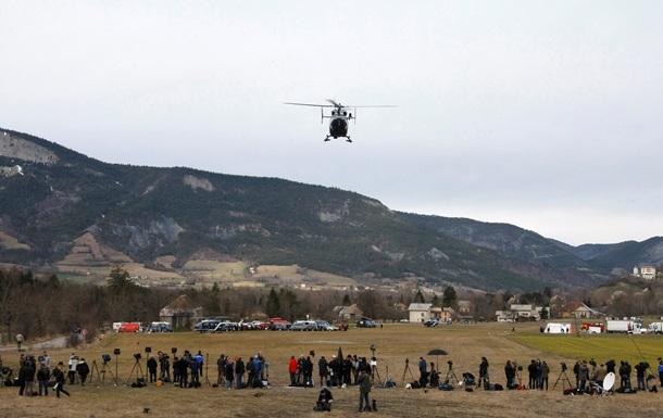На место крушения самолета во Франции прибыли Олланд и Меркель