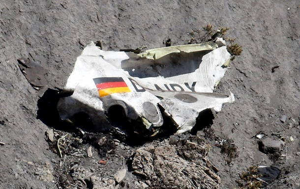 На месте авиакатастрофы в Альпах нашли несколько сотен фрагментов тел