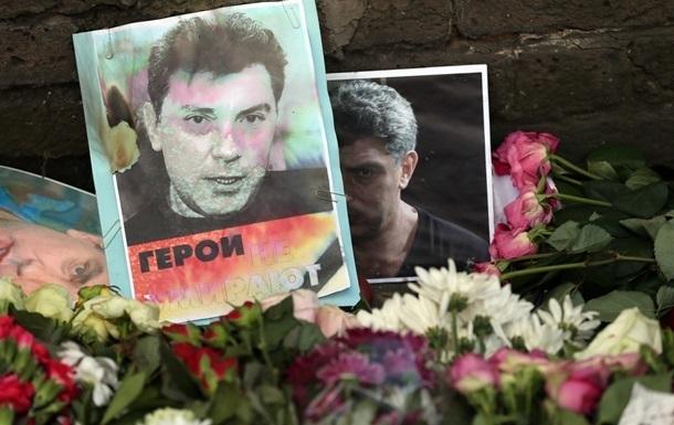 С места убийства Немцова унесли лишь завядшие цветы - мэрия