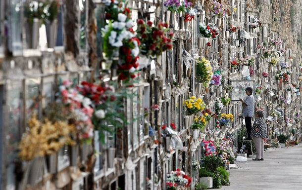 В церкви призвали украинцев не нести на кладбища искусственные цветы