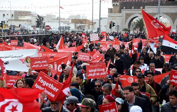 Десятки тысяч человек вышли на марш против терроризма в Тунисе