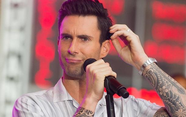 На шею вокалиста Maroon 5 во время концерта бросилась фанатка