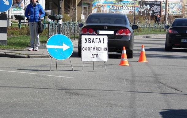 В Киеве автомобиль сбил двух школьников на пешеходном переходе