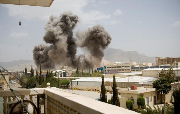 Аэропорт столицы Йемена объят огнем после авиаударов
