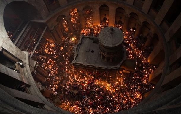 В Иерусалиме тысячи верующих ждут схождения Благодатного огня