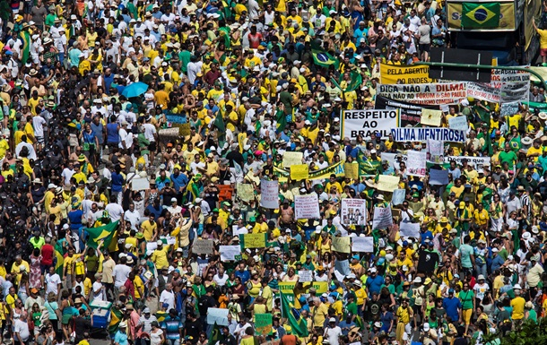 В Бразилии проходят массовые антиправительственные манифестации