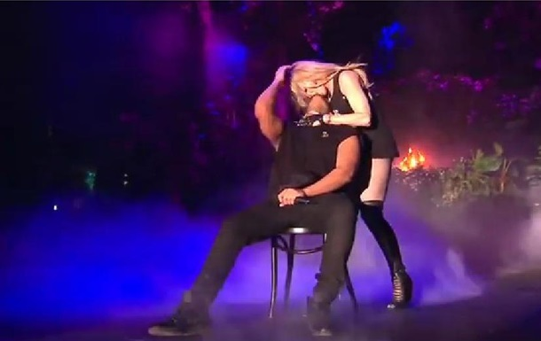Мадонну обсмеяли в Сети из-за поцелуя на сцене с молодым рэпером