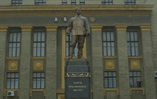 Сотрудники ХТЗ требуют судить вандалов сломавших памятник Орджоникидзе