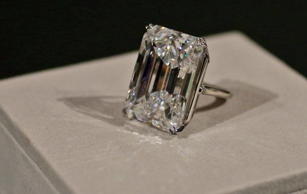 На аукционе Sotheby s был продан белый бриллиант весом более 100 карат