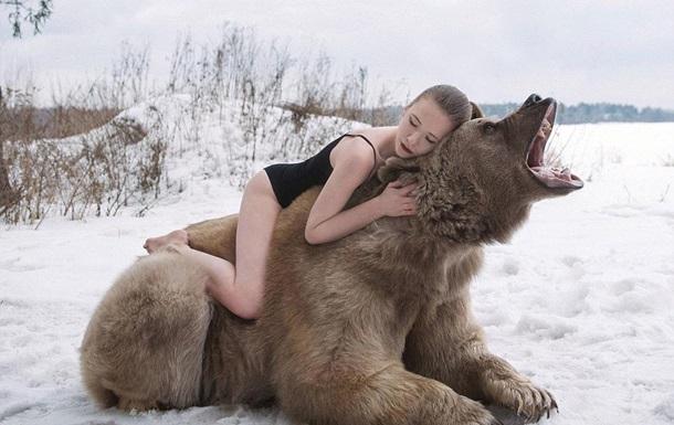 Россиянки снялись с огромным медведем в протестной фотосессии