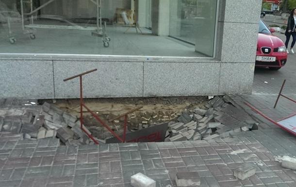В центре Киева провалился тротуар