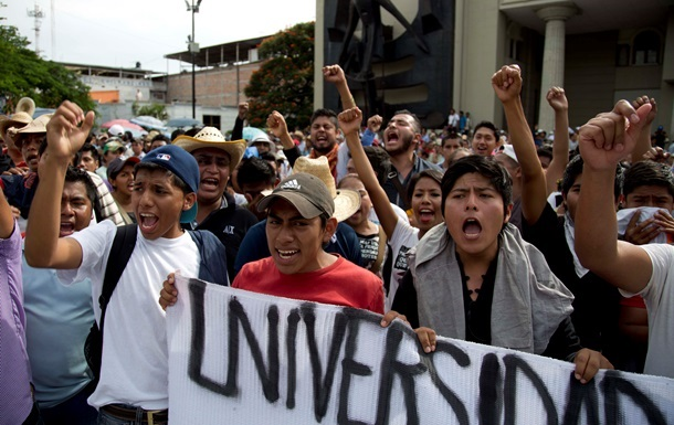 Студенты разгромили здание Минобразования штата в Мексике