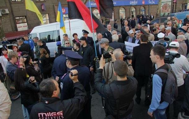 Милиция забрала красный флаг у дедушки на митинге в Николаеве