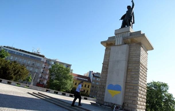В Чехии на скульптуре красноармейца нарисовали  украинское сердце