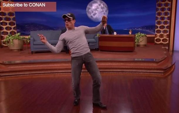 54-летний Ван Дамм повторил свой знаменитый танец из  Кикбоксера