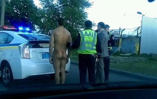 По Киеву гулял голый мужчина