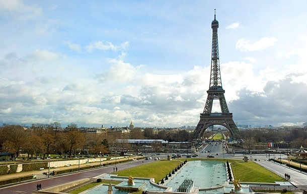 Эйфелева башня открылась после забастовки персонала против карманников