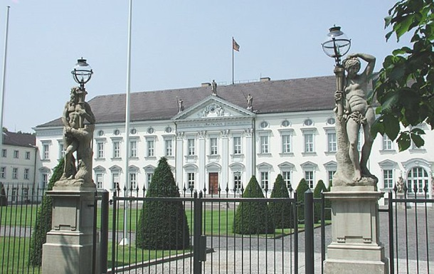 Во двор резиденции президента Германии бросили коктейль Молотова