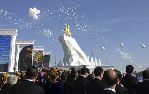 В Туркмении установили 20-метровый позолоченный памятник президенту