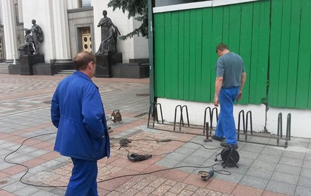 Возле Рады строят велопарковку