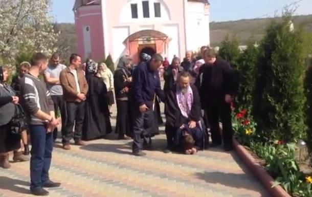 В Приднестровье священник РПЦ ездит верхом на мужчине