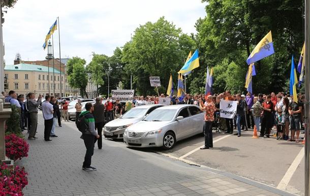 Во Львове пикетчики требовали отчета Порошенко и особый статус Галичины