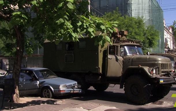 В Одессе произошло ДТП с участием военного грузовика