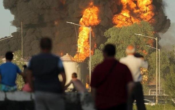 Опасный дым и пепел из горящей нефтебазы сутки садился в районе Фастова