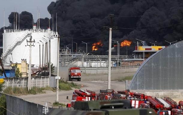 Пожар на нефтебазе под Киевом: спасатели ждут, пока догорят шесть цистерн