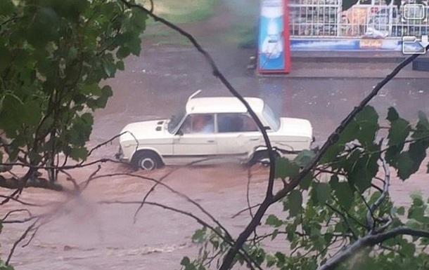 Ливень в Кривом Роге: затопленные дороги и многоэтажки