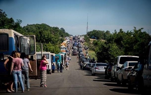 На выездах из ДНР километровые очереди