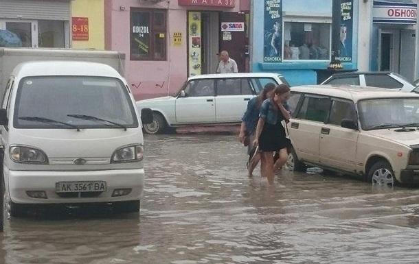 Непогода в Крыму: десятки сел без света, в Керчи затопило улицы