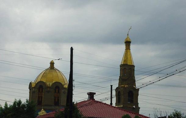В Луганске шквальный ветер вырвал деревья и погнул кресты на церквях