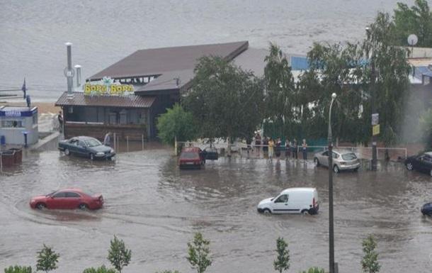 В Запорожье ливень затопил улицы и больницу