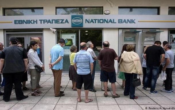 Греки штурмуют банкоматы, оппозиция требует отставки Ципраса