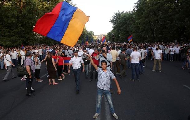 Митингующие в Ереване отказались расходиться, несмотря на уступки властей