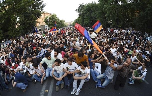 Протесты в Армении: полиция нашла у митингующих дубинки