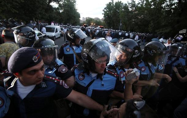 В Ереване сидячая забастовка. Часть протестующих покорилась полиции