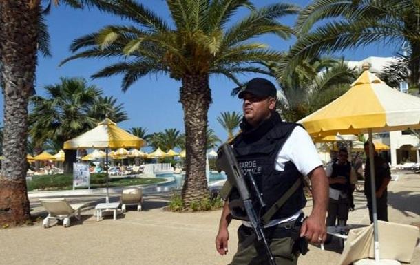 На пляжах Туниса появились сотни полицейских с оружием