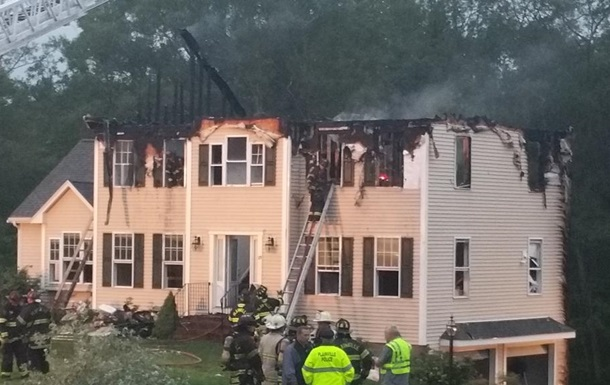 При падении самолета на жилой дом в США погибли три человека