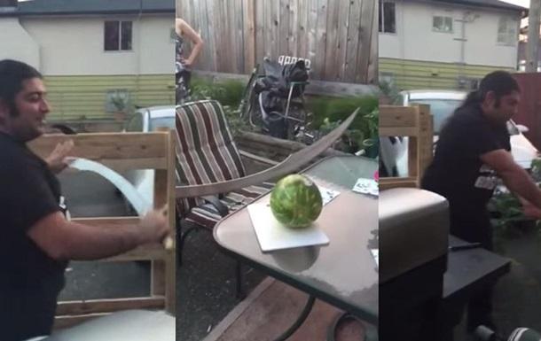 Ролик о разрезании арбуза ятаганом стал хитом Youtube