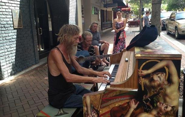 Ролик о бездомном пианисте из Флориды стал хитом соцсетей