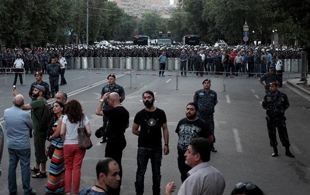 В Ереване собираются митингующие. Полиция ожидает палатки