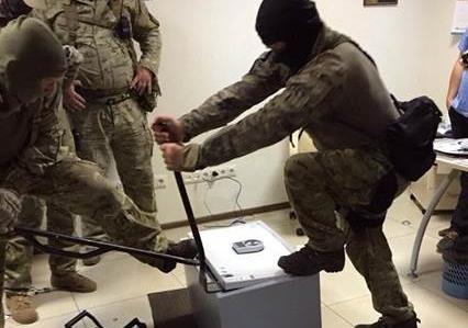 У замглавы ГПУ при обыске изъято 400 тыс. долларов (фото)