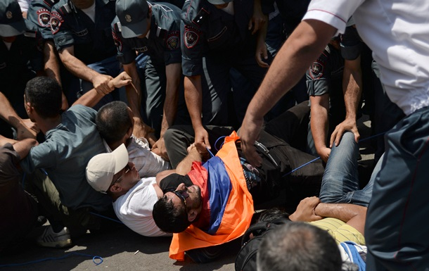 Участник акции протеста в Ереване зашил себе рот