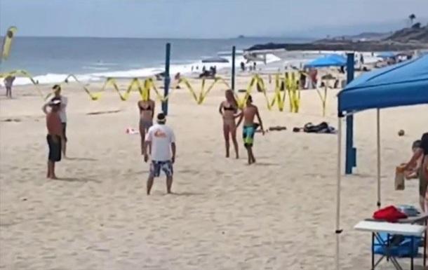 В США на людей на пляже упал самолет