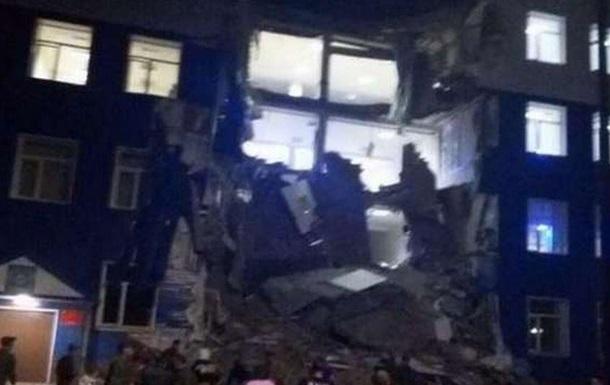 В Омске обрушился корпус учебного центра ВДВ: 37 человек под завалами