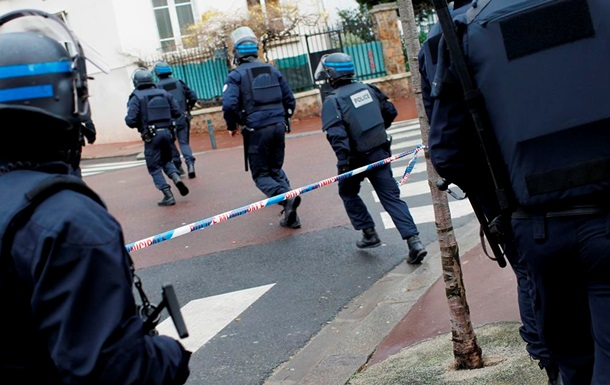 В пригороде Парижа захватили заложников в магазине